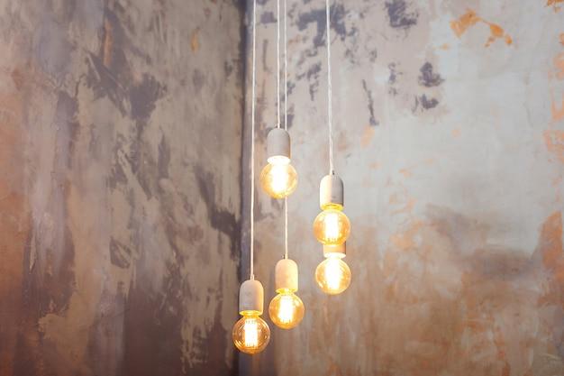 豪華な美しいレトロなエジソンライトランプの装飾。ランプの電気がぶら下がって家を飾る。コンセプトアイデア。ロフトスタイルの白熱電球。