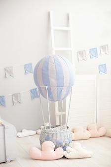 Современный винтажный интерьер комнаты для детей с воздушным шаром с облаками. детская спальня. интерьер детского сада. скандинавский интерьер комнаты. деревенский декор