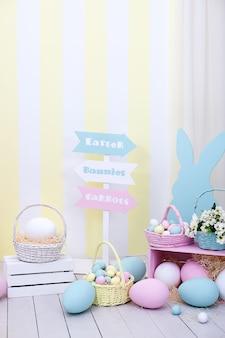 カラフルなイースターエッグにバニーと花のバスケットが!春とイースターの部屋のインテリア。