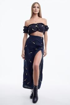 ファッション黒のドレスでポーズをとって髪の長い美しい女性モデル