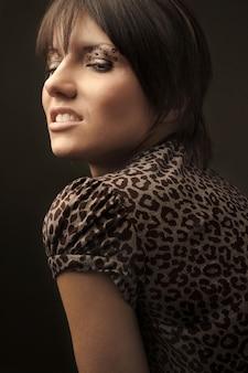Привлекательная модная женская модель с косметикой леопарда