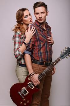 Портрет моды гламур стильный битник молодая пара