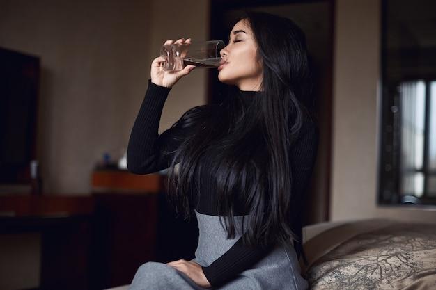 ホテルの部屋でエレガントな美しいビジネス女性の肖像画