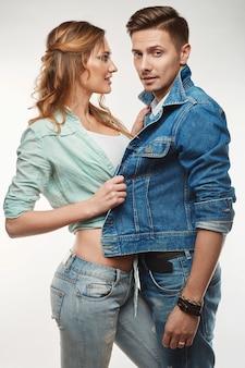 ファッショングラマースタイリッシュな盗品若いカップルの肖像画