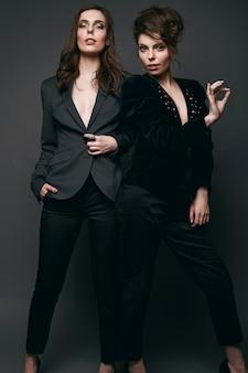 Портрет двух красивых, чувственных брюнеток, моделей-близнецов