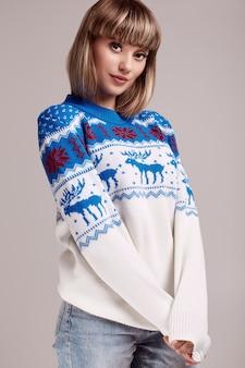 Красивая белокурая женщина с короткими волосами в рождественском свитере