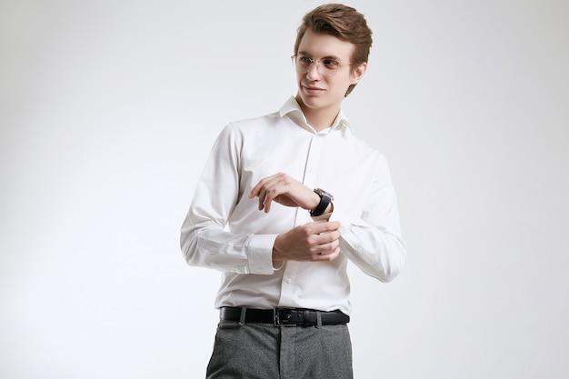 Уверенный молодой красивый бизнесмен в рубашке на белом фоне