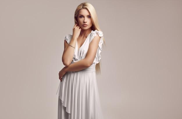 ファッションアンティークホワイトドレスでゴージャスな官能的なブロンドの女性