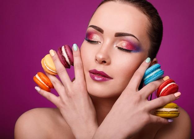 Красота гламур моды модель девушка с красочными макияж и миндальное печенье.