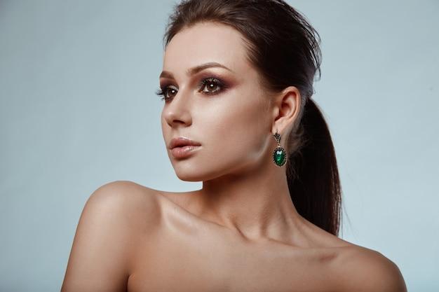 美しい、魅力的な、官能的なブルネットモデルの肖像画