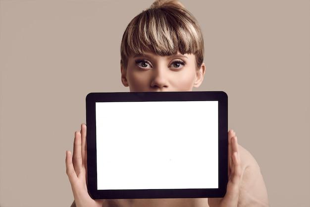 デジタルタブレットで美しいグラマーブロンドヒップスター女性