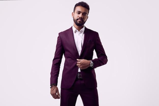 フォーマルなファッションスーツで残忍な若いアフリカ系アメリカ人男性モデル