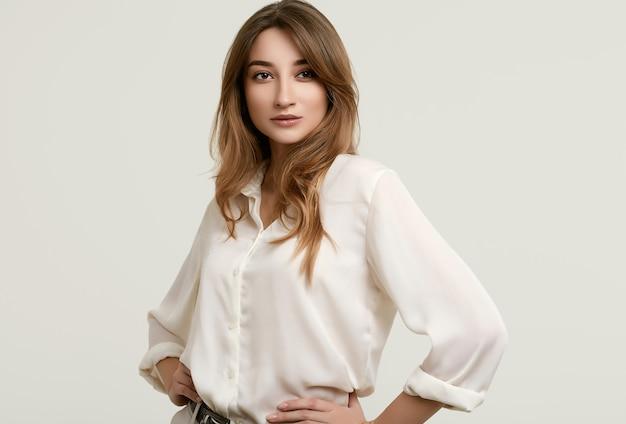 白い服でゴージャスな女性ブルネットモデル