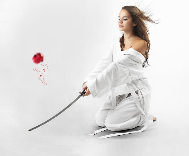 サムライの刀で魅力的な若いセクシーな女性