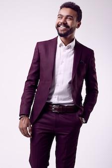 Брутальная молодая афроамериканская мужская модель в строгом модном костюме
