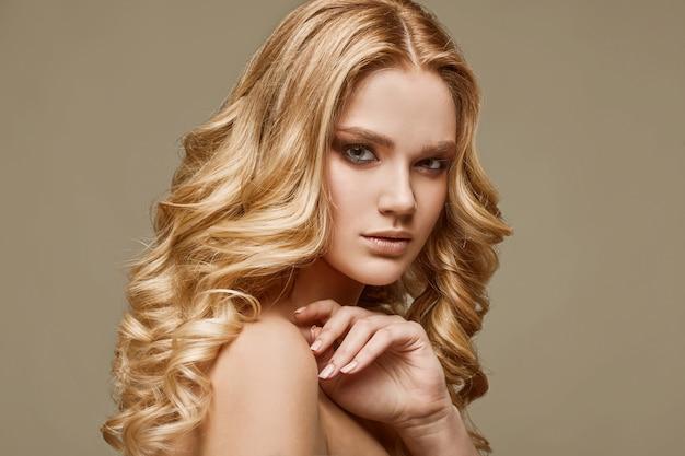 Чувственная гламурная модель женщины со свежим макияжем