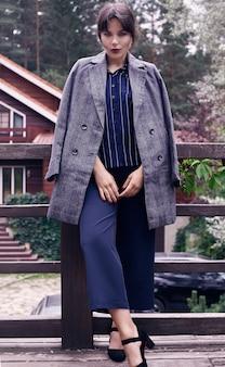 ファッションの古典的なウールのスーツでゴージャスなブルネットの女性