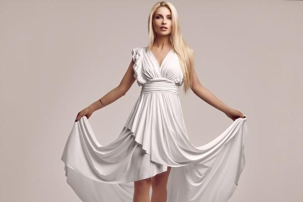Великолепная чувственная блондинка в модном старинном белом платье
