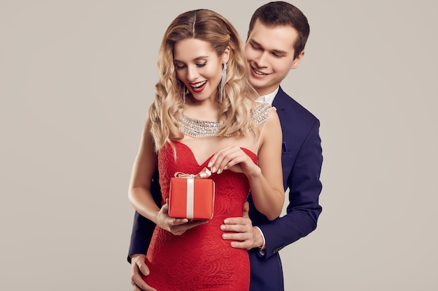 フォーマルな服に身を包んだ官能的な美しい若いカップル
