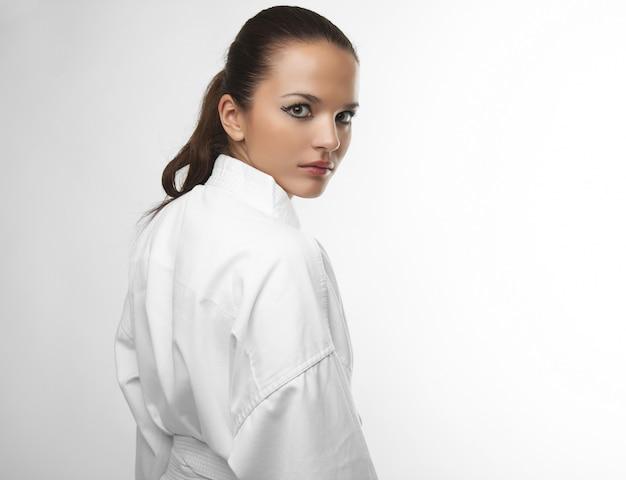 空手ポーズで魅力的な若いセクシーな女性