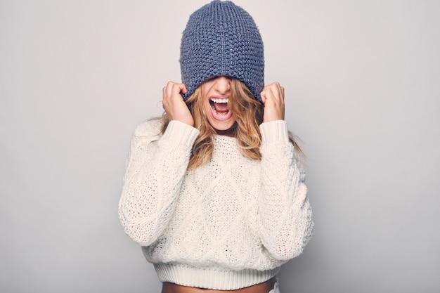 白いセーターで美しい金髪の女性の肖像画