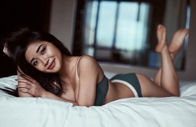 Портрет красивой чувственной азиатской женщины в нижнем белье