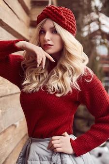 赤いドレスと帽子でジョージのエレガントなブロンド