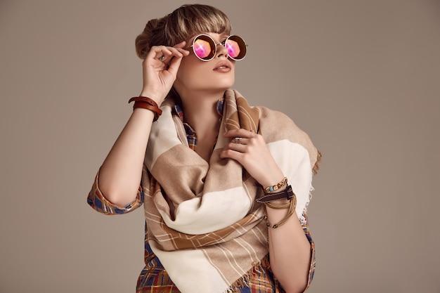 Красивая гламурная блондинка хиппи женщина с яркими очками