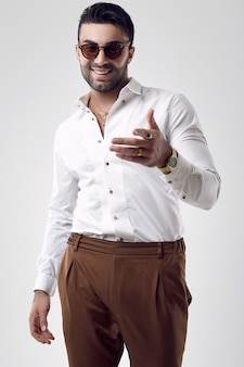Красивый загорелый загорелый бизнесмен в белую рубашку и солнцезащитные очки