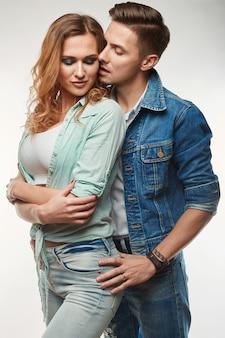 ファッショングラマースタイリッシュな盗品の若いカップルの肖像画