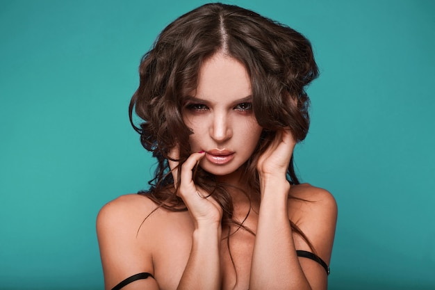 若い盗品セクシーな女性の美しさの肖像画