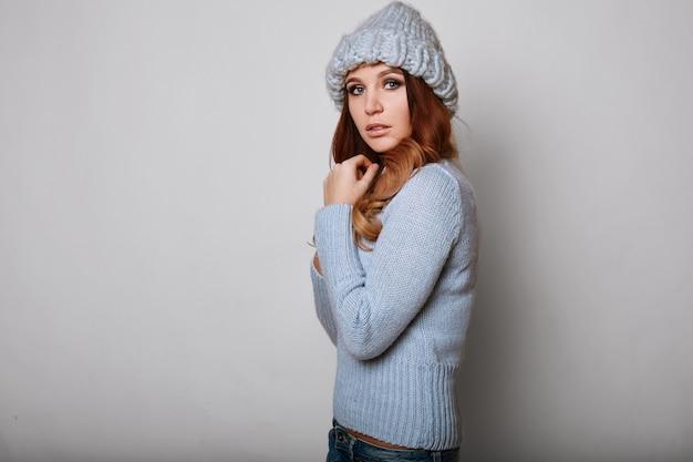 Портрет красивой рыжей женщины в свитере