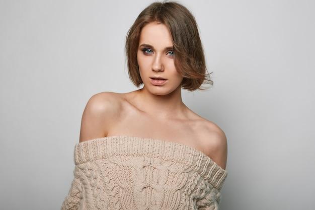 Портрет красивой белокурой женщины в студии