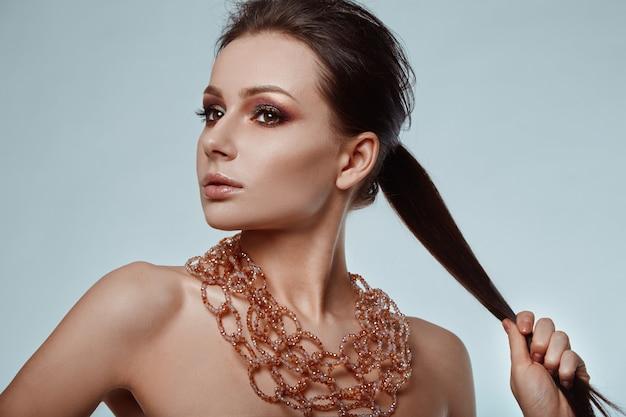 美しい、魅力的な、官能的なブルネットモデルの肖像