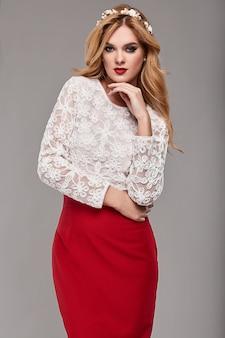 Красивая элегантная женщина в модном красном и белом платье