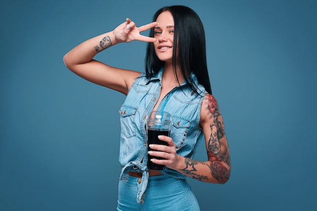 ソーダと美しい魅力的なタトゥーの女の子の肖像画