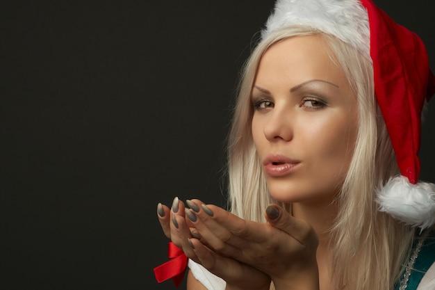 クリスマスの服を着て美しいセクシーなブロンドの女性
