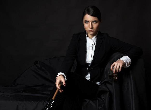 Портрет привлекательная женщина в шляпе курить сигарета