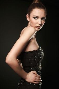 Портрет фотомодели с красотой яркого макияжа в булавочном платье
