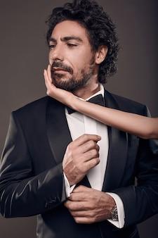 Модный портрет элегантной сексуальной пары в студии.