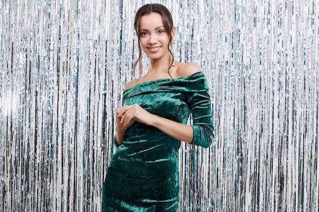 ファッションのドレスを着て豪華なエレガントな官能的なブルネットラテン女性