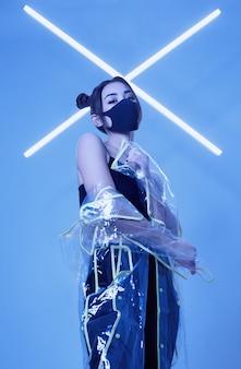 Вирусная маска азиатская женщина в маске вокруг красочного неона
