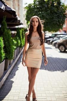 ファッションドレスのキュートでゴージャスなラテン女性
