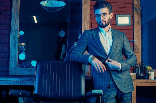 エレガントなスーツと理髪店の眼鏡で残忍な男