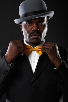 Портрет красивый бизнес черный человек в студии