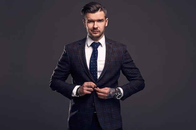 Портрет элегантного брутального мужчины в шерстяном костюме