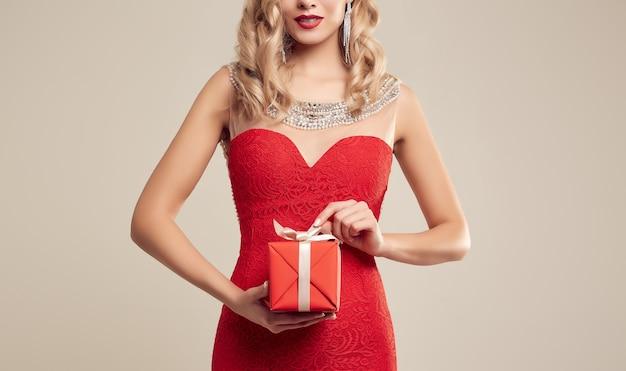 Великолепная элегантная блондинка в красном платье