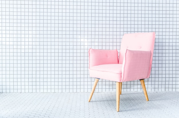 モザイクの壁にピンクの椅子