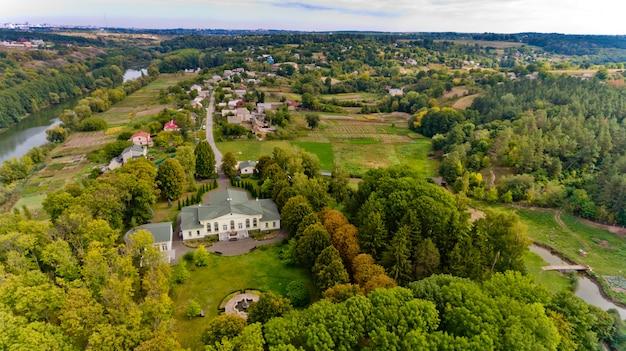 典型的なヨーロッパの村。空撮。