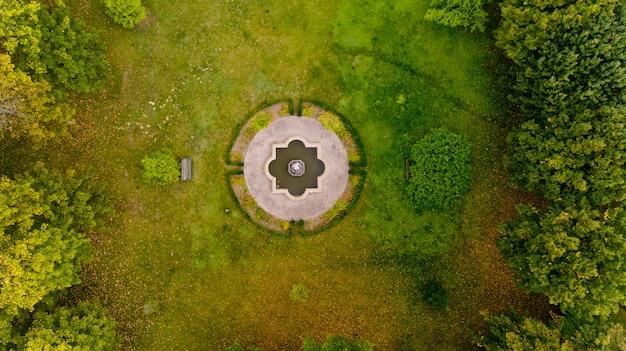森の真ん中にある芝生の平面図。空撮。